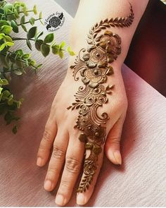 When you are looking for trying something new and got bored with traditional mehndi designs then you should try these amazing Chinese mehndi designs Henna Hand Designs, Round Mehndi Design, Mehndi Designs Finger, Modern Henna Designs, Basic Mehndi Designs, Arabic Henna Designs, Mehndi Designs For Beginners, Mehndi Designs For Girls, Mehndi Design Photos