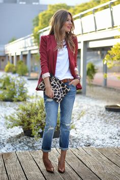 44 Inspiring Outfit Ideas Burgundy Blazer Plus Jeans Blazer Outfits For Women, Casual Outfits, Blazer Fashion, Fashion Outfits, Burgundy Blazer, New Look Dresses, Look Blazer, Mode Jeans, Business Outfit