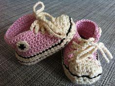 Et par kære baby Converse. Opskriften er inspireret fra forskellige modeller fundet online. [Chrochet Baby Coverse, DIY]