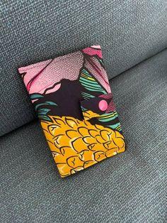Portefeuille Compère en imprimé noir, orange et rose cousu par Elsa - Patron Sacôtin