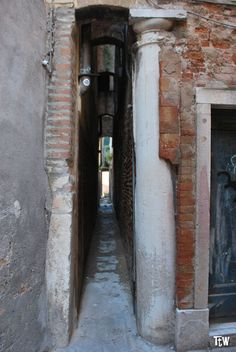 Calle Varisco a Venezia, larga solo 53 cm! Venice Travel, Italy Travel, Italy Holiday Destinations, Italy Information, Empire Romain, Naples, Italy Art, Italy Holidays, Dream City