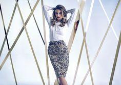 Lookbook -  Autumn Winter 2014/15 biała koszula z ozdobnym wiązaniem, wysoka spódnica w drobne kwiatowe wzory.