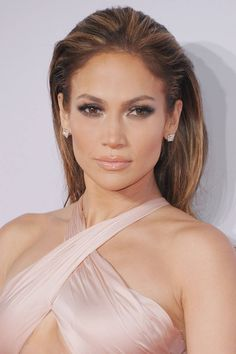 Jennifer Lopez rocks sparkling eyes and lips at last nights American Music Awards. Get her look here: