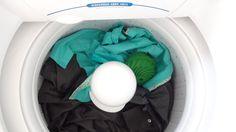 Dia destes chegando a Multicoisas da Praia do Canto encontrei um expositor repleto de bolinhas verdes com a promessa de lavar nossas roupas sem usar sabão de qualquer espécie. Lógicoooooo que fiquei louca e comprei para testar. Ecológicamente correta pode usada até 1095 vezes (3 anos) Mas afinal, COMO É QUE ESSA SUPER BOLINHA FUNCIONA?…