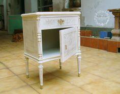 Este proyecto es para el cuarto de una jovencita. El estilo del mueble recuerda al provenzal francés, aunque un poco menos trabajado como talla. La marquetería estaba bastante bien, en gener...