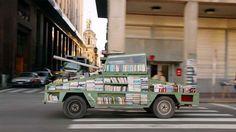 Arma de Instrucción Masiva: Un artista argentino crea un tanque que regala libros