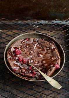 Grillissä paistetun suklaaherkun kanssa maistuu vaniljajäätelö.