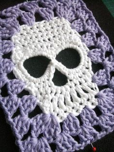 Very nice. If I can find a skull pattern and then do granny square around it. Cool. My first crochet skull square                                                                                                                                                     Mais