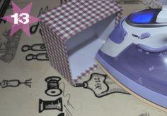 Hier kommt nun die versprochene Anleitung für Euch! Es sind insgesamt 14 detaillierte Bilder geworden ;) . Ich wünsche Euch viel Spaß beim nachbasteln. Ihr benötigt folgendes Material: Schachteln aus Karton z.B. von HIER Schere Bügeleisen Bleistift feste Baumwollstoffe Vliesofix/Haftvlies Bänder und Tüddel für die Dekoration Zunächst das Vliesofix vorbereiten. Dazu auf der Papierseite mit Bleistift einmal um den Boden der Schachtel zeichnen, dabei darauf achten, das genug Vliesofix rundh...
