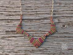 Collar geométrico de Macramé. Cadena artesanal de bronce. Chevron. Diseño único…
