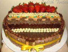 Torta de chocolate decorada con fresas y golosinas