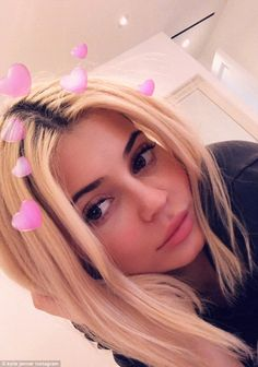 Lip kit bounty: Kylie Jenner gives fans a look inside her luxury mansion as she shows off . jenner makeup Kylie Jenner gives fans a look inside her luxurious home Kylie Jenner Icons, Kylie Jenner Snapchat, Kylie Jenner Look, Kylie Jenner Makeup, Kylie Jenner Hair Blonde, Kylie Jenner Bedroom, Kendall Jenner Workout, Kendall Jenner Body, Angeles