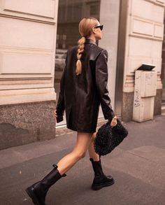 These Bottega Veneta Chelsea combat boots are everything! - These Bottega Veneta Chelsea combat boots are everything! Source by marajuen - Chelsea Boots Outfit, Blazer En Cuir, Leather Blazer, Men Blazer, Leather Boots, Black Leather, Diva Fashion, Look Fashion, Fashion Outfits
