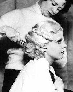 Jean Harlow getting her hair waved. #vintage #hair #actresses