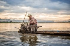 A fish trap is one of the easiest and environmentally friendly ways to catch your own food. Survival Essentials, Survival Mode, Homestead Survival, Survival Tips, Small Saw, Tree Seedlings, Fun Hobbies, Urban Farming, Kayak Fishing