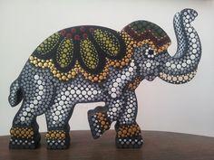 Elefante en mdf pintado con la técnica de puntillismo