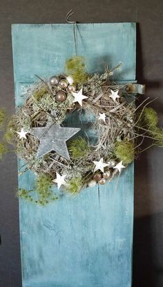Großer wunderschöner weiß gewischter Wurzelholz Türkranz .......veredelt mit einem großen Metallstern, Birken Sterne, Zweige und Glaskugeln. Maße: Ø ca.40cm