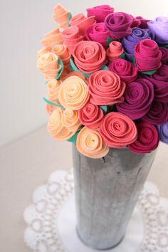 New flowers diy felt rose tutorial 44 Ideas Felt Roses, Felt Flowers, Fabric Flowers, Diy Flowers, Felt Flower Wreaths, Flowers Decoration, Felt Flower Bouquet, Felt Succulents, Felt Wreath