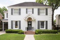 36 Best Ideas for house colonial exterior brick shutters White Brick Houses, White Exterior Houses, House Paint Exterior, Exterior House Colors, Exterior Shutters, White Siding House, Colonial House Exteriors, Colonial Exterior, Green Shutters