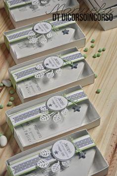 E per la Comunione di Jacopo…verde bianco e grigio Wedding Favors, Party Favors, Pom Pom Crafts, Explosion Box, First Communion, Favor Boxes, Special Occasion, Christmas Cards, Decorative Boxes