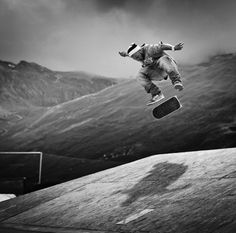Action Photography is all about timing. In this post we featured 30 action photos with perfect timing Sports Action Photography, Figure Photography, Skate Photos, Skateboard Pictures, Skate And Destroy, Skate Shop, Longboarding, Perfect Timing, Black And White Portraits