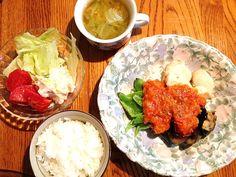 おばあちゃん家からもらってきたトマトで自家製トマトソースを作りました!素揚げ野菜と鶏肉にかけて食べました(◆*'v`*) - 28件のもぐもぐ - 野菜と鶏肉の自家製トマトソースがけ♡コンソメスープ♡ポテトサラダ by canamin
