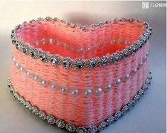 Veja como um pedaço de papelão cortado em forma de coração pode ficar lindo!!  Dá para vender em feiras de artesanato.       Ésóesp...