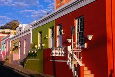 弾けるようなポップカラーの家が建ち並ぶ南アフリカの街『ボカープ』