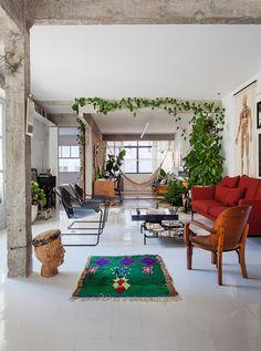 Sala de estar tem estrutura de concreto aparente, sofá vermelho e poltronas Paulistano. Apartment Renovation, Apartment Design, Living Room Designs, Living Spaces, Sala Grande, Interior Decorating, Interior Design, Decoration Design, Diy Bedroom Decor