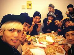 SHINee's Jonghyun posts group selca on Twitter