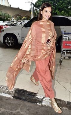 Dia Mirza's Latest Airport Outfit Pick Is Just Perfect For An Easy Breezy Travel - HungryBoo Indian Attire, Indian Wear, Indian Outfits, Casual Indian Fashion, Indian Bridal Fashion, Kurti Designs Party Wear, Kurta Designs, Classy Suits, Indian Designer Suits