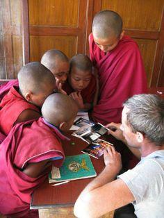 Lesgeven aan jonge monniken. - Vrijwilligerswerk Nepal