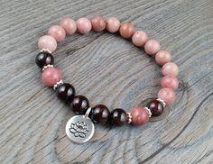 Bracelet de pierres fines rhodonite et grenat 8mm - méditation, OM, buddha breloque fleur de lotus Tierracast de la boutique BijouxDesignselect sur Etsy