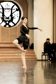 Isabelle Ciaravola, Paris Opera Ballet ♥ Wonderful! www.thewonderfulworldofdance.com #ballet #dance. French ballerina with the Paris Opera Ballet. Ballet beautie, sur les pointes !