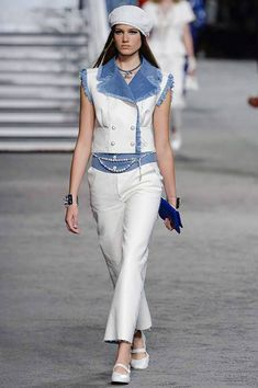 Chanel Resort 2019 Fashion Show Collection: See the complete Chanel Resort 2019 collection. Look 53 Funky Fashion, Fashion 101, Fashion Week, Denim Fashion, Womens Fashion, Fashion Trends, Chanel Resort, Chanel Couture, Style Haute Couture