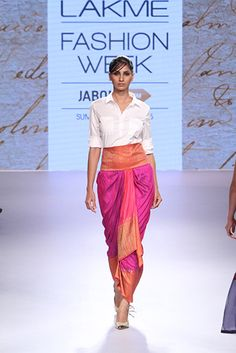 Kiran Uttam Ghosh summer resort at LFW 2015 Lakme Fashion Week, India Fashion, Saree Wearing Styles, Indian Look, Indian Ethnic, Modern Saree, Stylish Sarees, Indian Dresses, Western Dresses