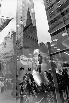Lee Friedlander - New York City, 2011 A Level Photography, Urban Photography, Film Photography, Street Photography, Lee Friedlander, Aberdeen, Reflection Art, Moholy Nagy, Sense Of Place