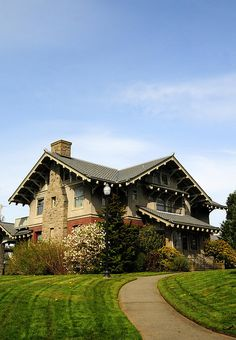 Roeder Home  Bellingham, Washington    Completed in 1908 by Victor A. Roeder. Love those deep overhangs