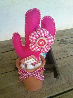 Cactus de fieltro Diy Crafts For Gifts, Felt Crafts, Fabric Crafts, Fake Cactus, Cactus Plants, Bulb Flowers, Diy Flowers, Cactus E Suculentas, Cactus Fabric