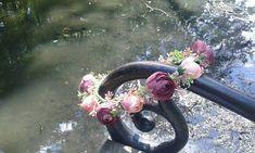 Věneček+do+vlasů+Elizabeth+Květinový+věneček+do+vlasů+zdoben+umělými+květy+a+dalšími+přízdobami.+Velikost-univerzální.+V+zadní+části+je+saténová+stužka,díky+které+si+můžete+upravit+velikost+věnečku.