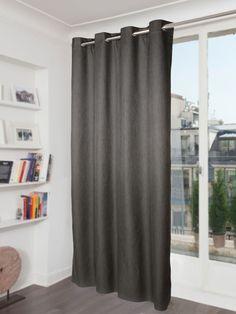 Sur-mesure, les rideaux issus du tissu occultant Etretat sont parfaits pour une chambre.