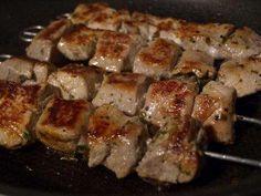 Das perfekte Souvlaki - Griechische Fleischspiesse-Rezept mit einfacher Schritt-für-Schritt-Anleitung: Das Schweinefleisch in ca. 2,5 x 2,5-cm-große…
