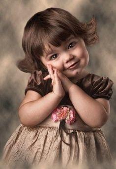 Je n'aime guère le brun, particulièrement pour une enfant...  Mais là, c'est vraiment l'exception qui confirme la règle!!!  Ravissante!  Et sa pose est adorable! :o)