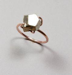 Anillo de Oro Rosado de 14K y Pirita, $225 | 25 Anillos de Compromiso Impresionantes que no están Hechos con Diamantes