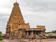 This is one of the largest temples in India and one of India's most prized architectural sites. Built by emperor Raja Raja Chola I and completed in 1010 AD, Peruvudaiyaar Temple, also popularly known as the 'Big Temple', turned 1000 years old in Indian Temple Architecture, India Architecture, Ancient Architecture, Gothic Architecture, Temple India, Hindu Temple, Temple City, Hindu Culture, Temple Pictures