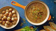 Zastanawiasz się, jak zrobić zupę cebulową? Skorzystaj z przepisu Karola Okrasy na pyszną zupę cebulową z pulpecikami w Kuchni Lidla!