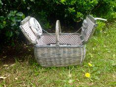 Cesta de picnic para dos personas de The Welly Home, forrada con estampado de lunares y con todo el menaje necesario para un picnic. Neceser térmico extraíble. Modelo forest