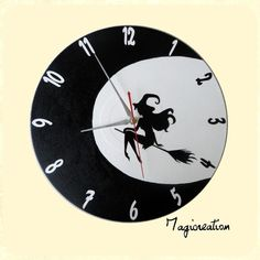 Horloge jolie sorcière dans la lune en noir et blanc Clock, Etsy, Black And White, Vintage, Wall, Boutique, Halloween, Vinyls, Moon