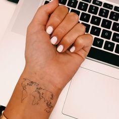 Tatuaggio mondo, tattoo sul polso, smalto unghie bianche, tastiere di un pc Ma Tattoo, Text Tattoo, Piercing Tattoo, Piercings, Globe Tattoos, World Map Tattoos, Upper Arm Tattoos, Arm Tattoos For Women, Dainty Tattoos