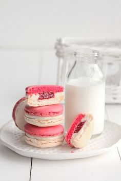 Vanilla and Red Currant Macarons Macarons, Macaron Cookies, Milk Cookies, Cookies Et Biscuits, Cookie Recipes, Dessert Recipes, Desserts, Osvaldo Gross, French Macaroons